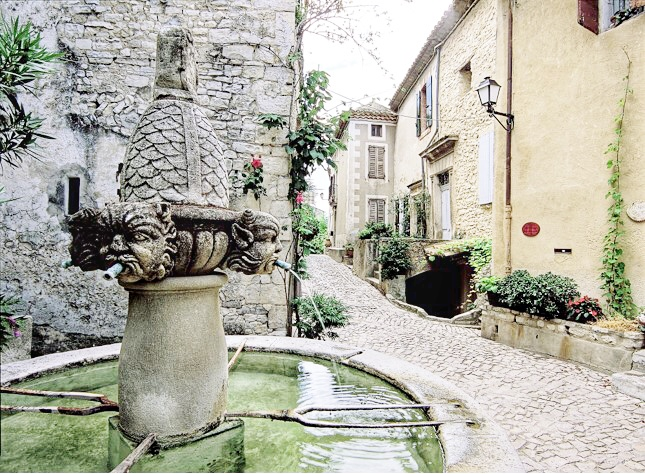 Séguret, Provence, France. This picturesque little village is situated in the famous Côte du Rhône vineyards which is the most northern part of this area.